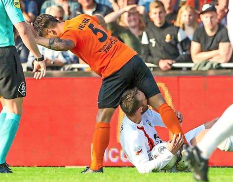 Van Eeuwijk (FC Lisse) een jaar geschorst na bijtincident