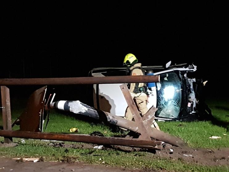 Auto belandt in weiland na botsing in Egmond aan den Hoef [video]