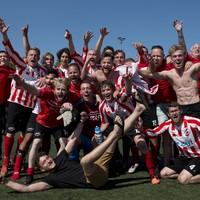 vv Leiden viert de promotie naar de derde klasse op het veld van Floreant.