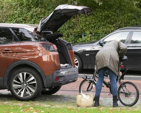 Foto's bewijzen dat langparkeerders in Alkmaar plekken in de wijken blokkeren