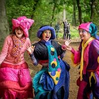 Het bos vormt het podium en het decor voor de vele theatervoorstellingen.