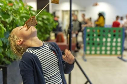 Stortbuien houden kinderen binnen op Buitenspeeldag in de Daalmeer