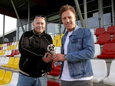Jesse van Huisstede heeft de topscorerstrofee gekregen van sportredacteur Bert-Jan van Oel.