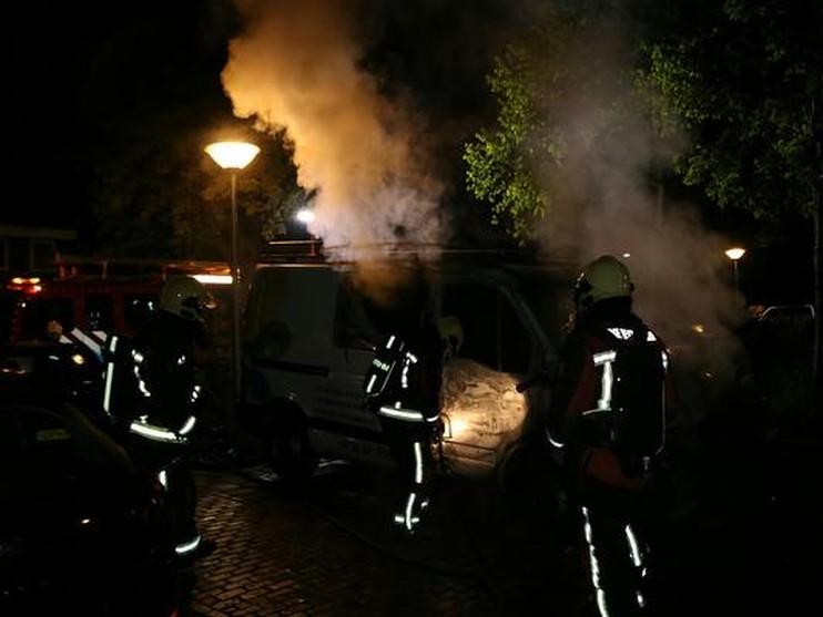 Bestelbusje en personenauto vliegen in brand in Lisse