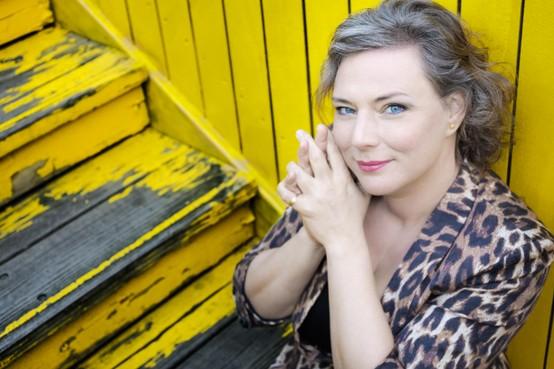 Zangeres Esther van Es deelt verzameling jaren 80-herinneringen in Burgerbrug