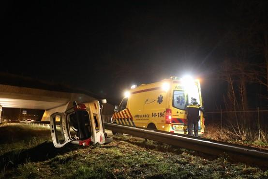 Auto slaat over de vangrail op Rijksweg West bij Laren