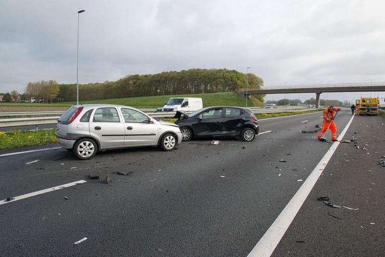Auto klapt achterop bergingsvoertuig op de A44