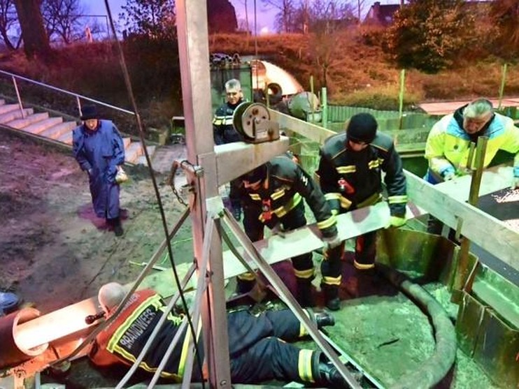 Brandweer redt kat uit ondergrondse buis in Alphen aan den Rijn