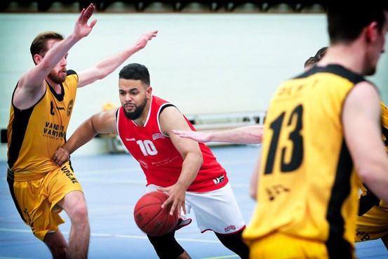 Haarlemse basketballer Okrah bij NOS in 'Goed Verhaal van de week'