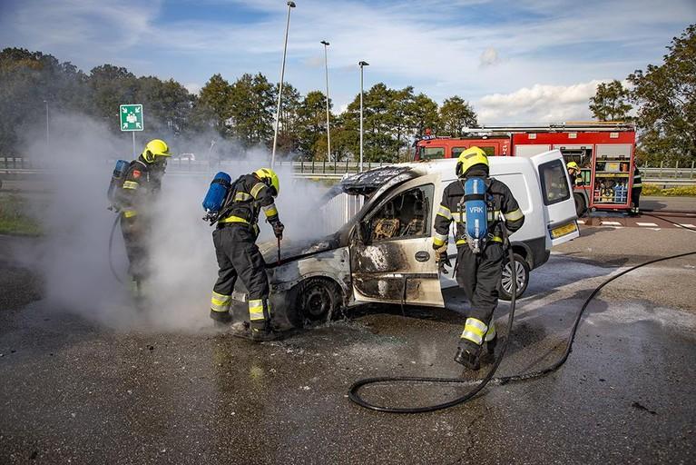 Busje gaat in vlammen op in Halfweg