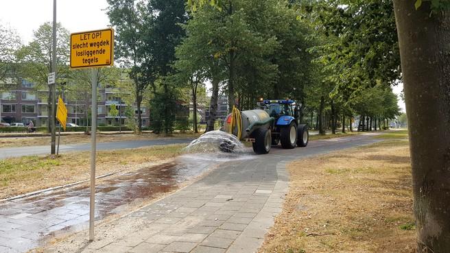 Sproeien langs Engelendaal tegen losse stoeptegels