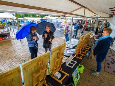 Regen spelbreker op Kunstmarkt Koemarkt Purmerend