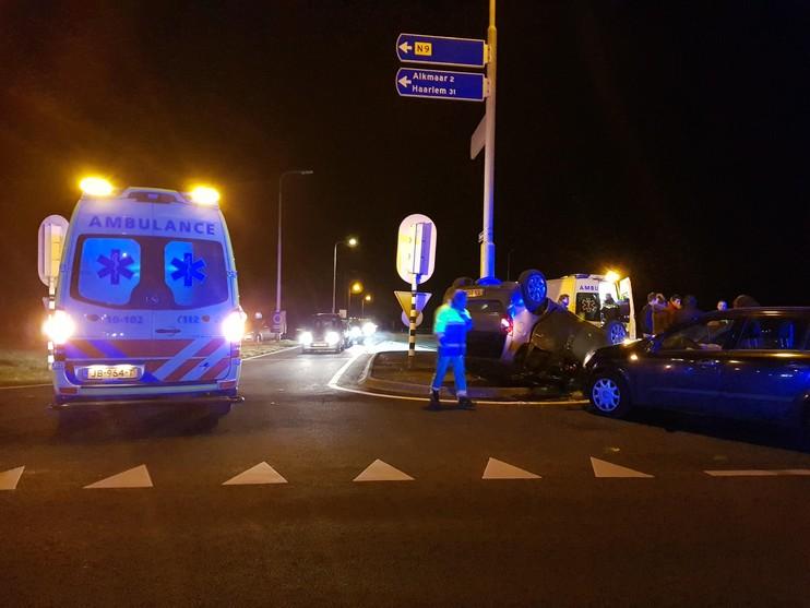 Auto op zijn kop na botsing met andere auto op Kogendijk bij Alkmaar