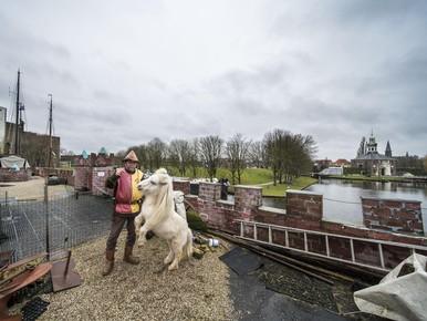 Kasteelschip meert aan in Zijlsingel