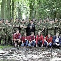 Oogst zoekactie in Baarnse Bos met genie en scouts Ernst van Kempengroep. In het midden organisator Leon Giesen.