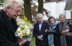 Nabestaanden Jaap (links) en Sanne (midden) Hamel van omgekomen oud-leerlingen van Het Nieuwe Lyceum.