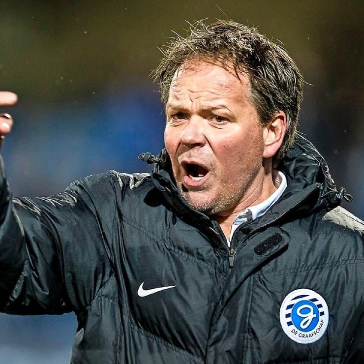 Henk de Jong hoopt vrijdagavond zijn eerste thuisduel te winnen met De Graafschap. © PRO SHOTS.