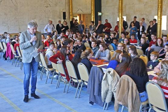 Veel publiek verwacht in Hilversumse raadszaal: groot scherm voor deel toeschouwers debat wethouder Jaeger