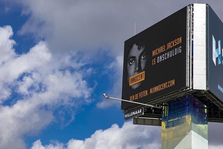 Fans Michael Jackson zetten billboards in bij protest tegen documentaire