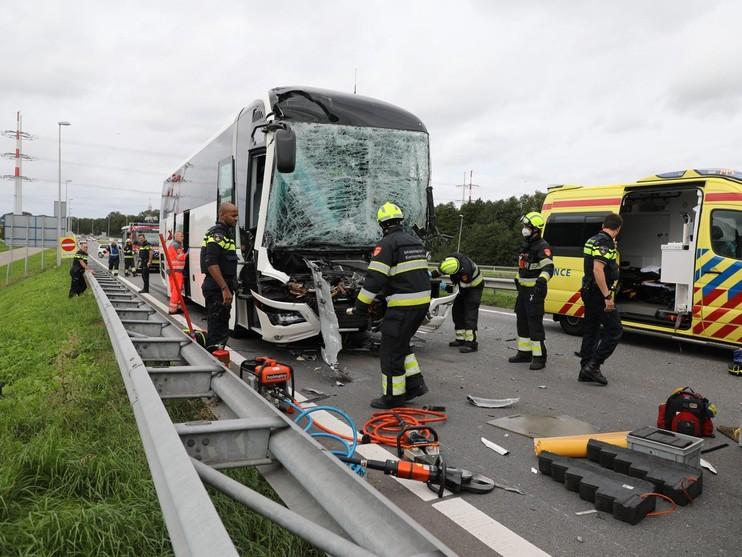 Bus botst op vrachtwagen in Halfweg, chauffeur bekneld [video]