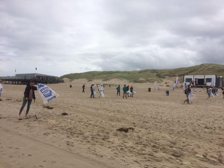 Zeshonderd kilo zwerfafval langs kust tussen Julianadorp en Callantsoog opgeruimd