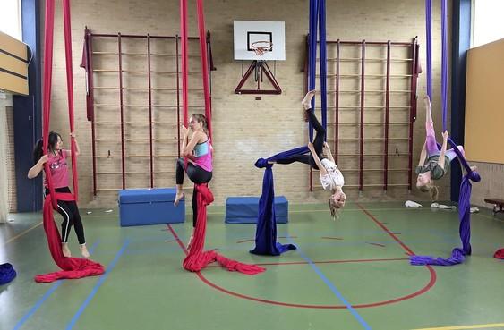 Aerial Dancers zwoegen in de doeken voor theatershow