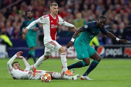 Ajax verkoopt Sinkgraven aan Leverkusen