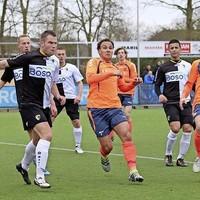 Rick van der Velden (rechts) miste een forse kans voor SDO. In het midden Zeno Peereboom.