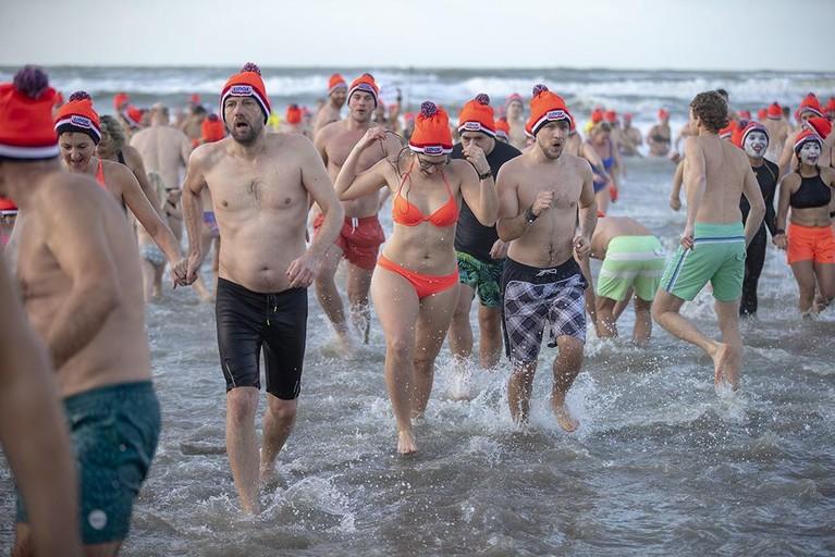 Ruim vijfduizend waaghalzen doen mee aan Nieuwjaarsduik in Zandvoort [video]