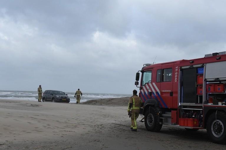 Beveiligingsauto prinses Beatrix komt vast te zitten op strand bij Wassenaar