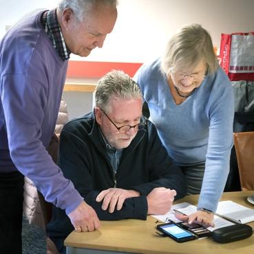 Cursus smartphone in IJmuiden: 'Kun je iedereen zomaar appen of heb je toestemming nodig?'