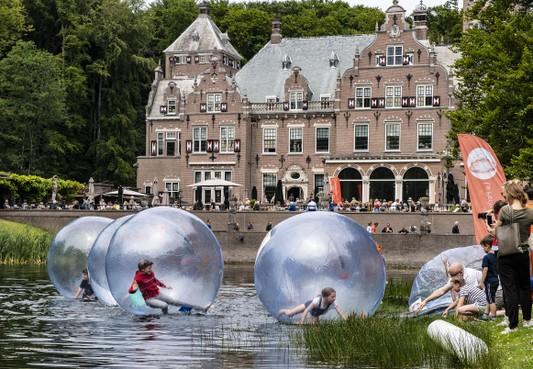 'Zelfs met de fiets in de file'; Pinkstermarkt Santpoort-Noord trekt duizenden bezoekers