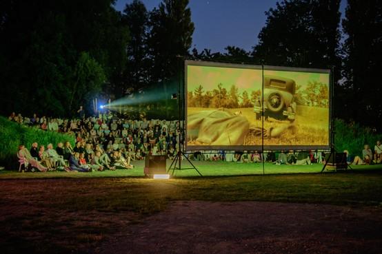 Met kussens, dekens en picknickmanden naar de film in Park De Oude Kwekerij