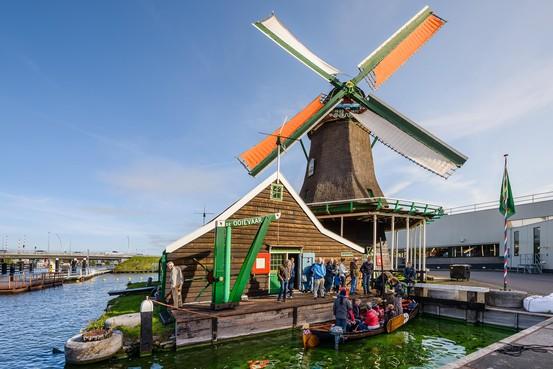 Zaanstad wil meerpalen voor kleine vaartuigen bij molen De Ooievaar; Zaanse Schans vreest voor grote boten en veel extra toeristen