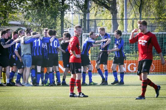 Hard gelag De Kennemers; Vitesse'22 wint ruim in Beverwijk en slaat dubbelslag