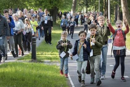 Ruim 350 kinderen uit Driehuis wandelen al zingend de eerste route van de avondvierdaagse