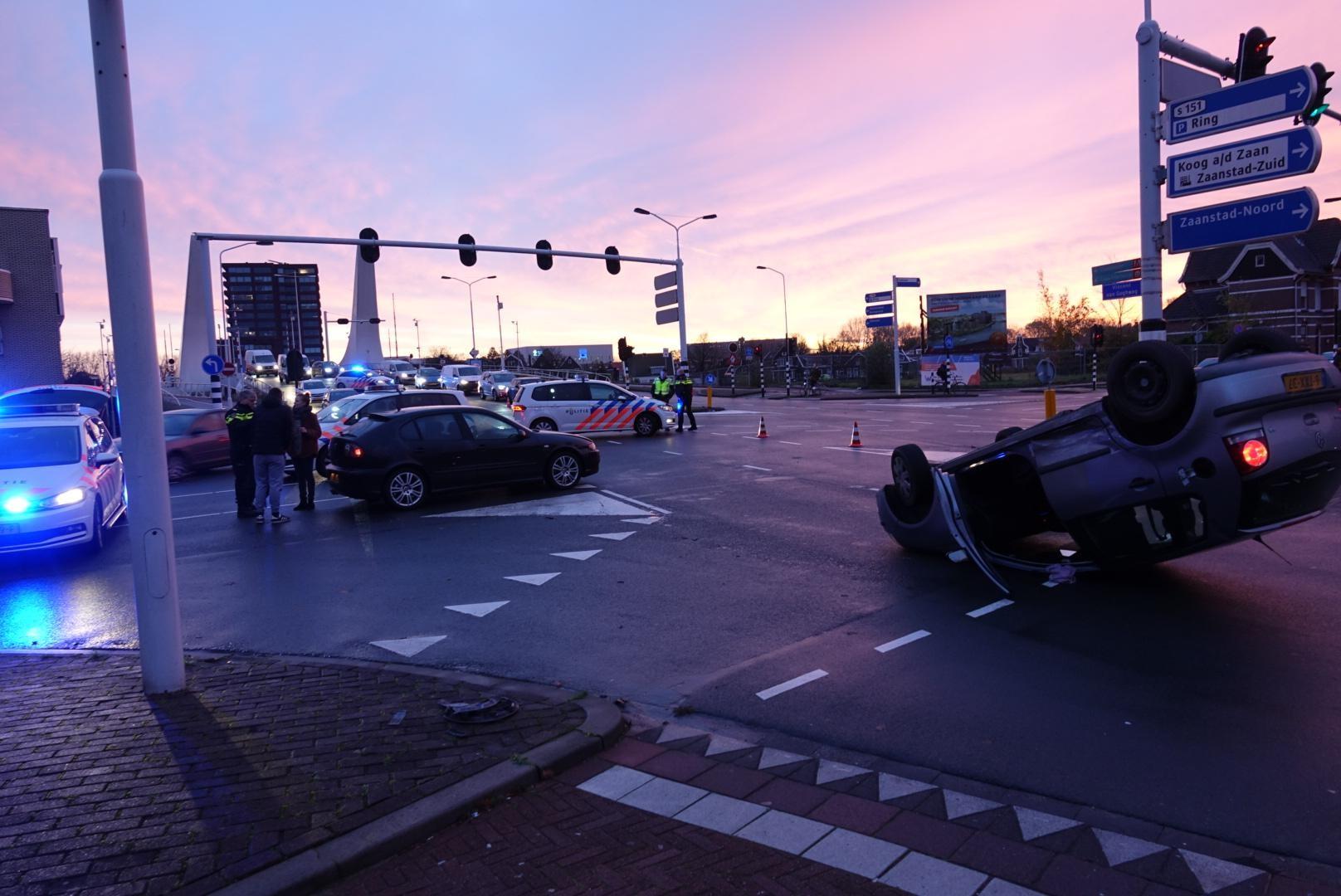 Automobilist slaat over de kop in Zaandam, maar hoeft niet naar het ziekenhuis - Noordhollands Dagblad