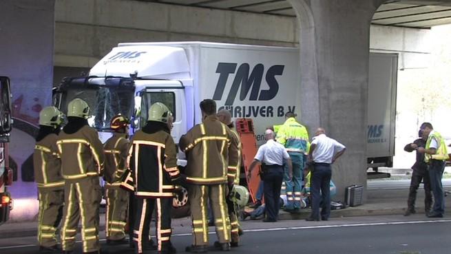Vrachtwagen tegen betonnen pijler op N203 bij Uitgeest