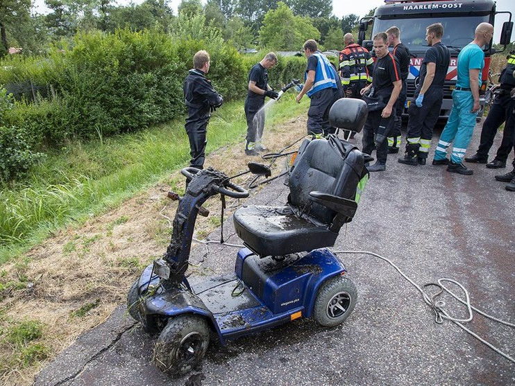 Oudere man op scootmobiel eindigt in sloot tijdens eerste rit in Haarlem