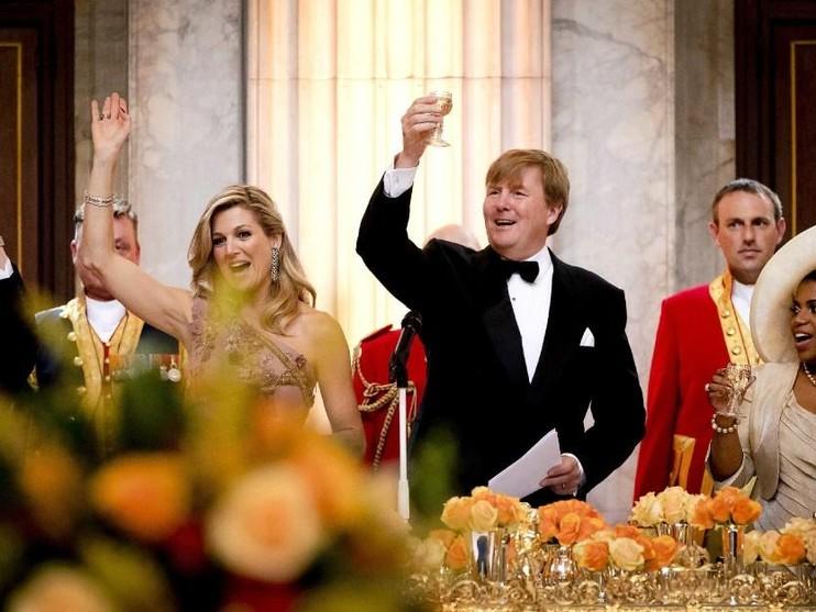 Koning Willem-Alexander brengt een toost uit tijdens een toespraak in het Koninklijk Paleis voor een feestelijk diner met 150 Nederlanders van vijftig jaar die werden uitgenodigd ter gelegenheid van de 50ste verjaardag van de koning