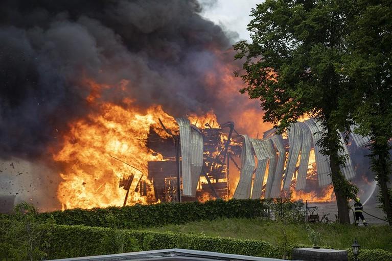 Grote brand in loods aan Sloterweg in Badhoevedorp [video]