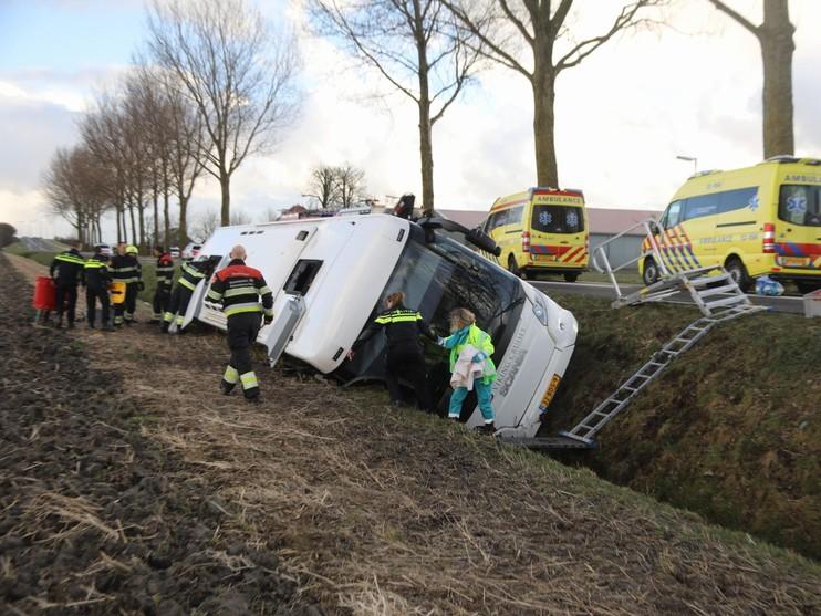 Touringcar in greppel in Nieuw-Vennep