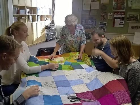 Quiltdekens maken in Den Ilp voor vluchtelingen
