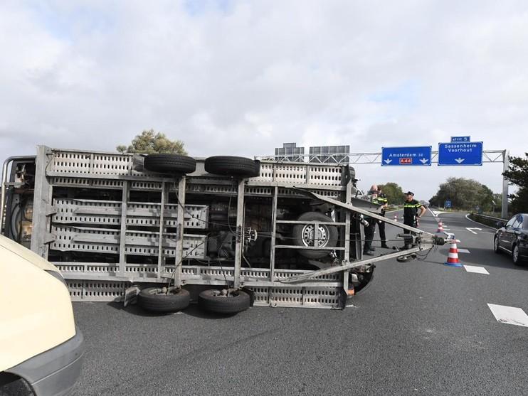 Veel oponthoud op A44 door gekantelde auto bij Warmond