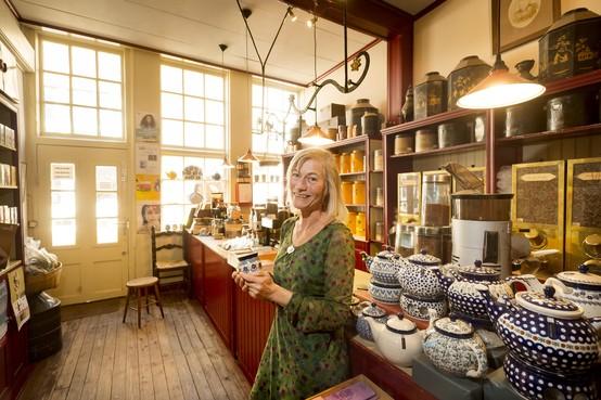 Het Klaverblad in Leiden handelt al 250 jaar in koffie en thee: 'De klanten zijn vrolijk, want ze komen iets lekkers kopen'