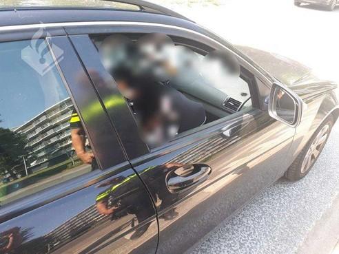 Baby zonder gordel in auto, bestuurster bekeurd in Alphen