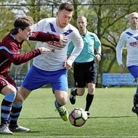 AFC'34-verdediger Joep Hulskes (links) probeert Timo Wolters (DEM) de weg naar het doel te versperrren.