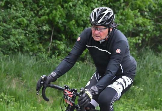 Verslagenheid en ongeloof: in 's-Graveland gevonden dode man blijkt wielrenner Theo Voorn (71) uit Nederhorst den Berg