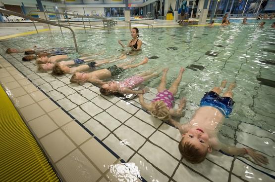 Boze en beledigde zwembadonderzoekers sturen deurwaarder op Voorschoten af