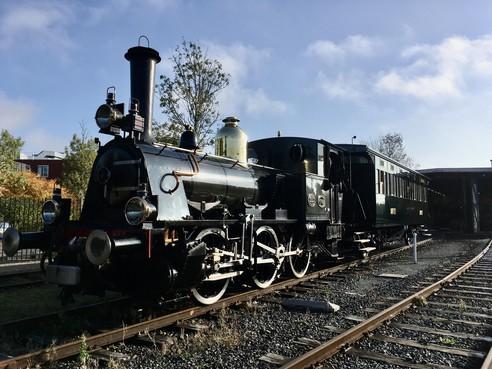 Replica van West-Fries personenrijtuig maakt eerste meters op het spoor